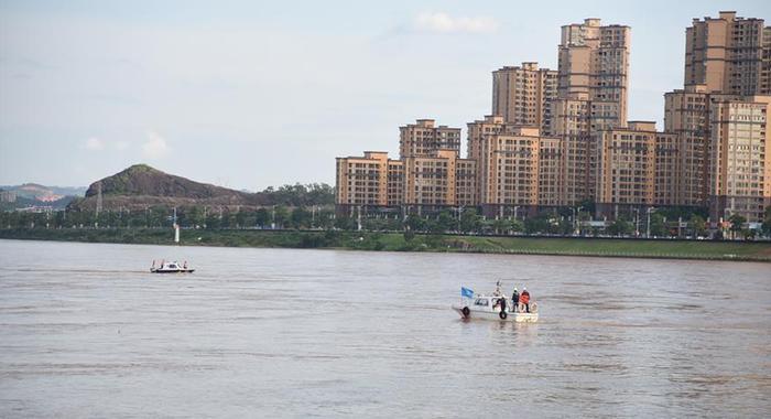 廣東河源東江大橋垮塌時落水的兩輛小車被撈起