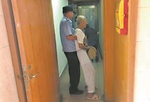 這一抱,讓89歲老伯遠離被騙