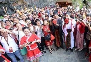 連州舉辦洞藏酒開壇儀式 三千遊客同舉碗