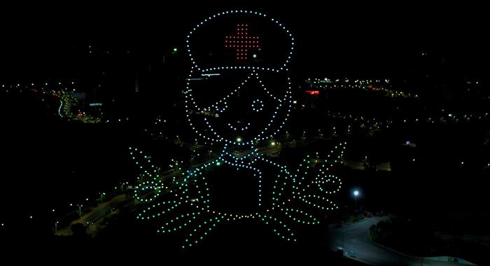 無人機編隊閃耀夜空 致敬白衣天使