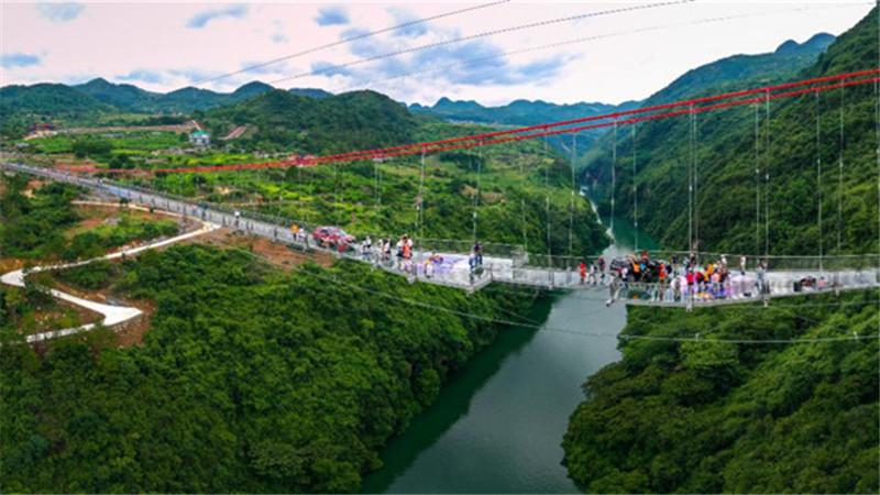 雲中漫步!航拍廣東連州520米玻璃橋