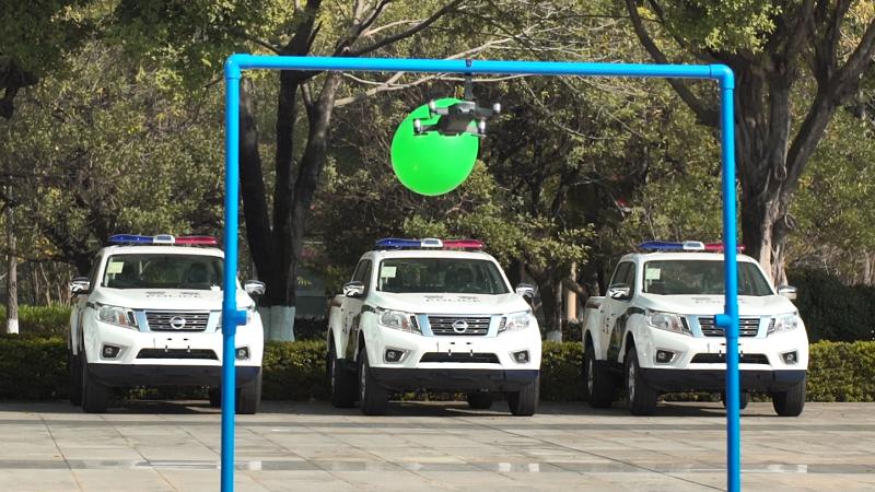 """空中切氣球、掃二維碼!無人機讓智慧警務""""飛""""出新高度"""