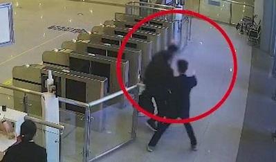 廣東湛江:男子歸家心切 強闖高鐵站閘機被罰