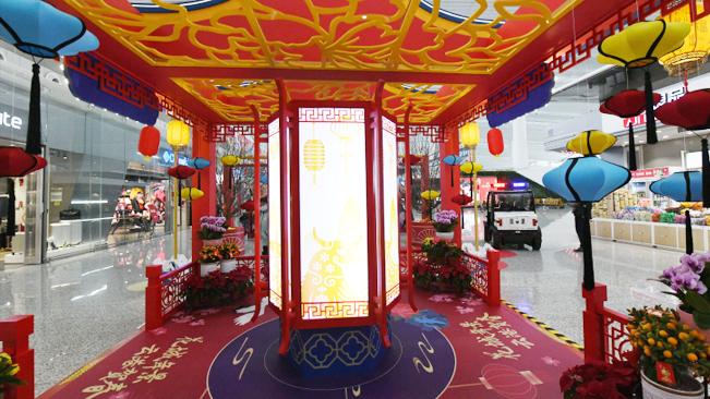 廣州:航站樓裏設迎春花街 機場裏年味兒濃