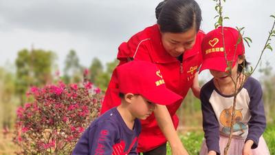 """粵運服務區和孩子們共同種下2000棵""""希望樹"""""""