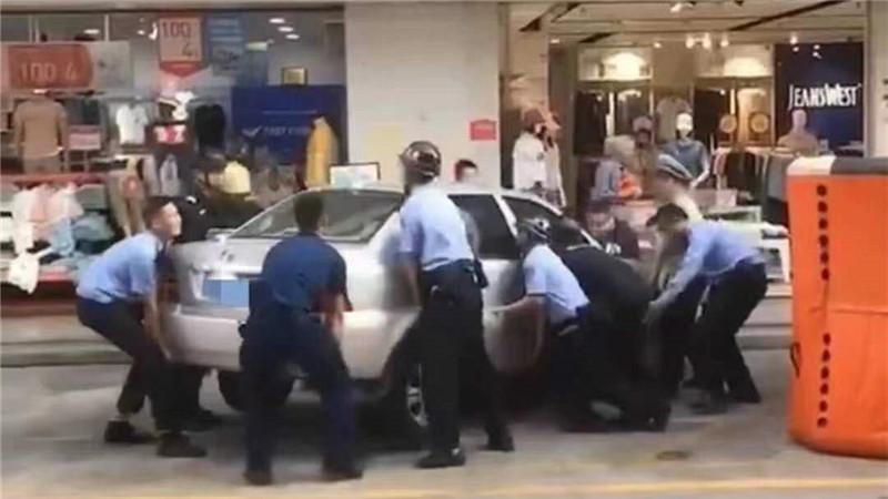 直播大灣區丨徒手抬車!開平警方合力救下欲跳樓輕生女子